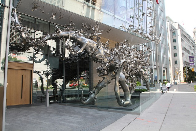 Stunning sculpture, Rising by Zang Huan, welcomes guests to the Shangri-La Toronto (Photo: Flickr/Joseph Morris)